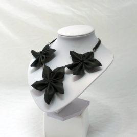 Sisäkumikaulakoru Kukka